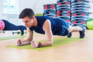 Ein junger Mann macht eine Übung : planken