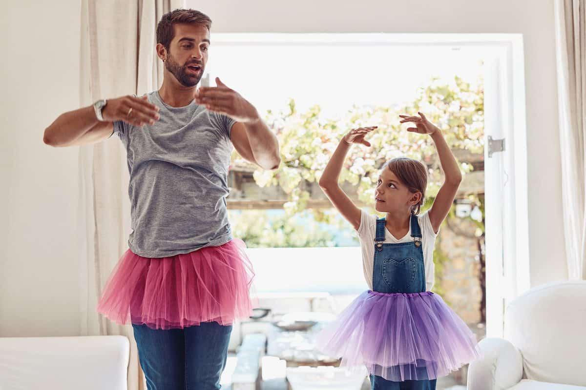 Vater und Tochter tanzen im Tütürock zu Hause