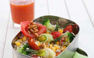 Schale mit Reis und Gemüse