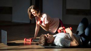 Frau und Mann machen Sport mit Gymondo vor einem Laptop
