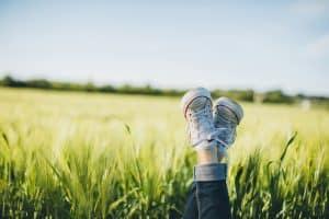 In die luft gestreckte Füße in einem Kornfeld