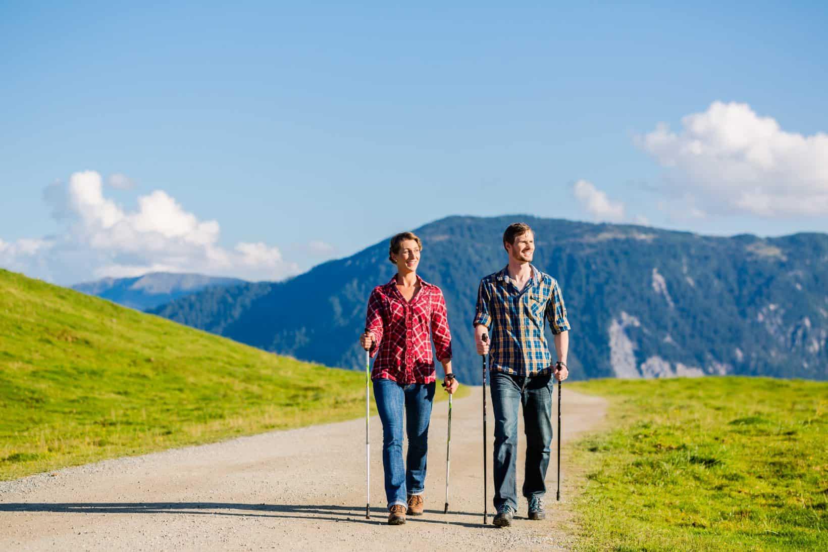 Ein Paar bei einer Wanderung in den Bergen