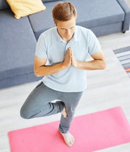 Ein Mann macht eine Yoga-Übung auf einer Yogamatte