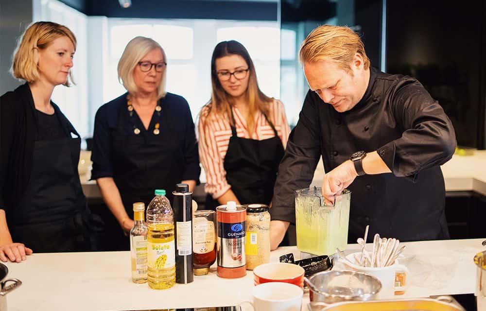Björn Freitag rührt vor drei Teilnehmerinnen in einem Mixer
