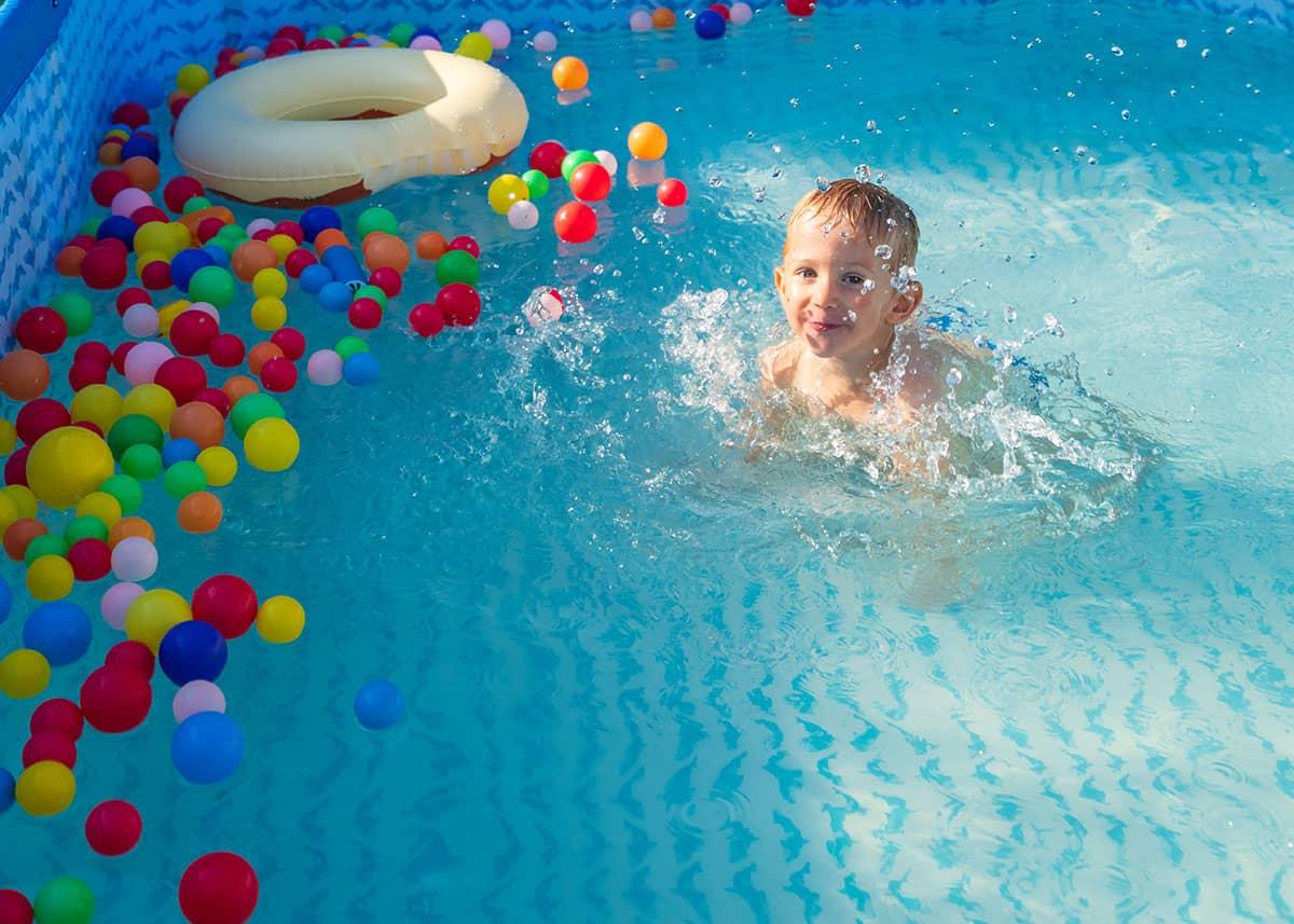 Ein kleiner Junge planscht in einem Pool