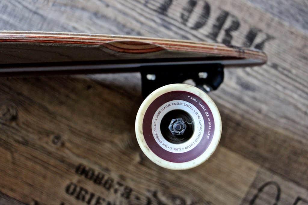 Nahaufnahme vom Rad eines Longboards