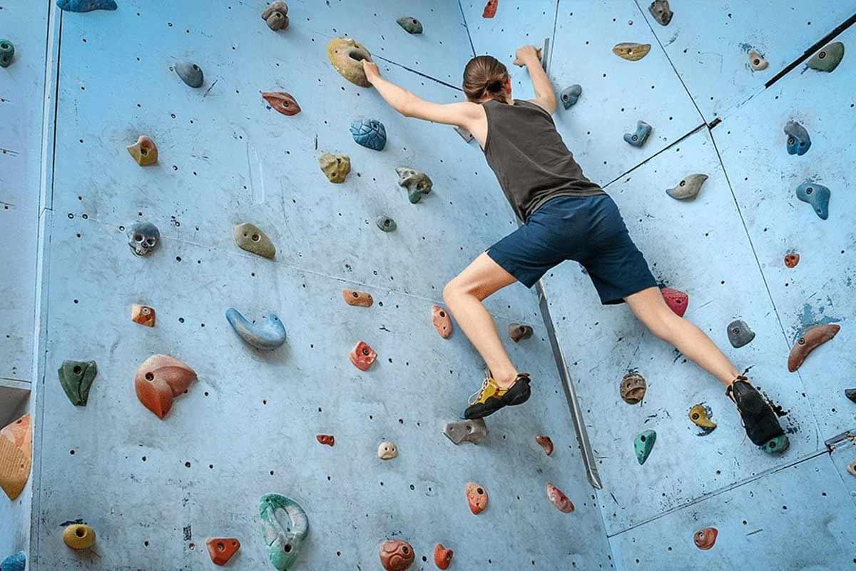 Eine junge Person an einer Kletterwand