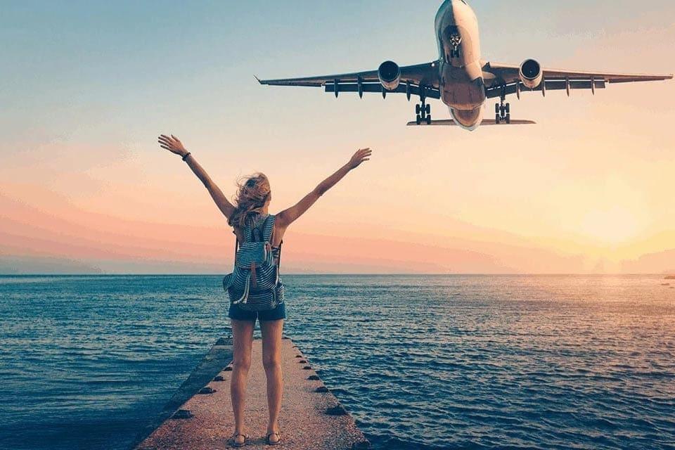 Flugzeug und Frau bei Sonnenuntergang