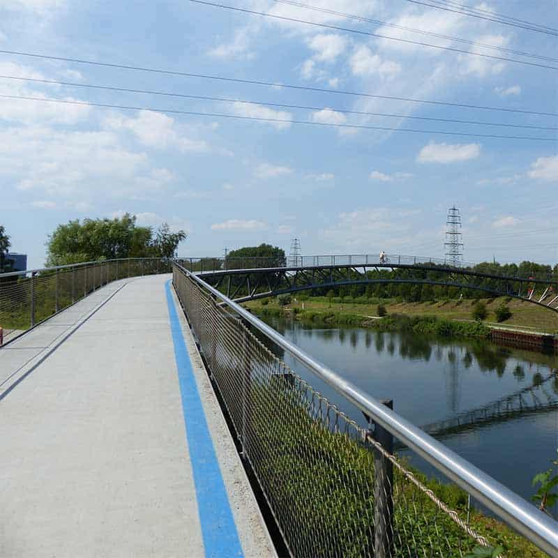 Eine Fahrradbrücke über einem Fluß als Teil des Ruhrtal-Radwegs