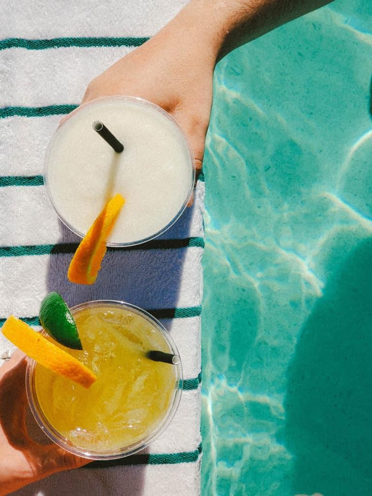Zwei Nährstoffreiche Drinks an einem Pool