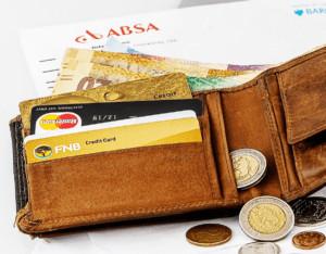 Ein geöffnetes Portemonnaie mit Kreditkarten und Bargeld