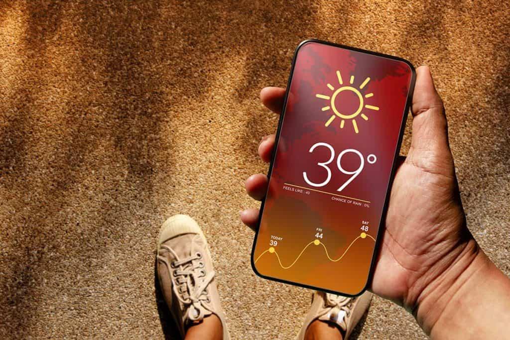 Handy zeigt den Wetterbericht und die aktuelle Temperatur, die 39 Grad Celsius beträgt