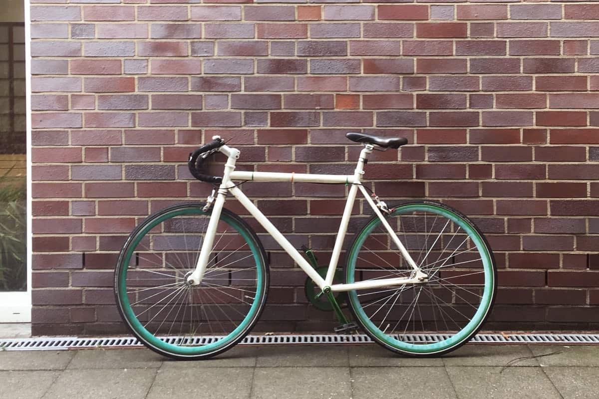 Ein Fahrrad lehnt an einer Wand