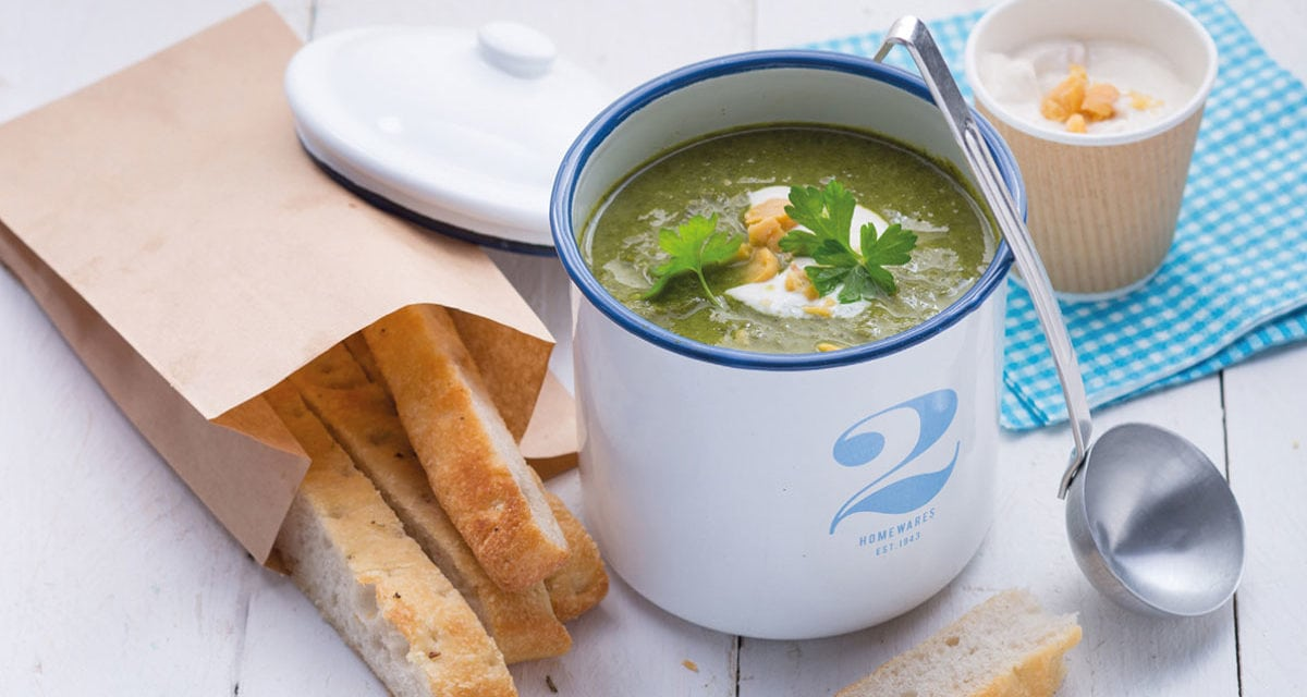 Cremige Brokkoli-Grünkohl-Suppe mit Tahin-Kichererbsen