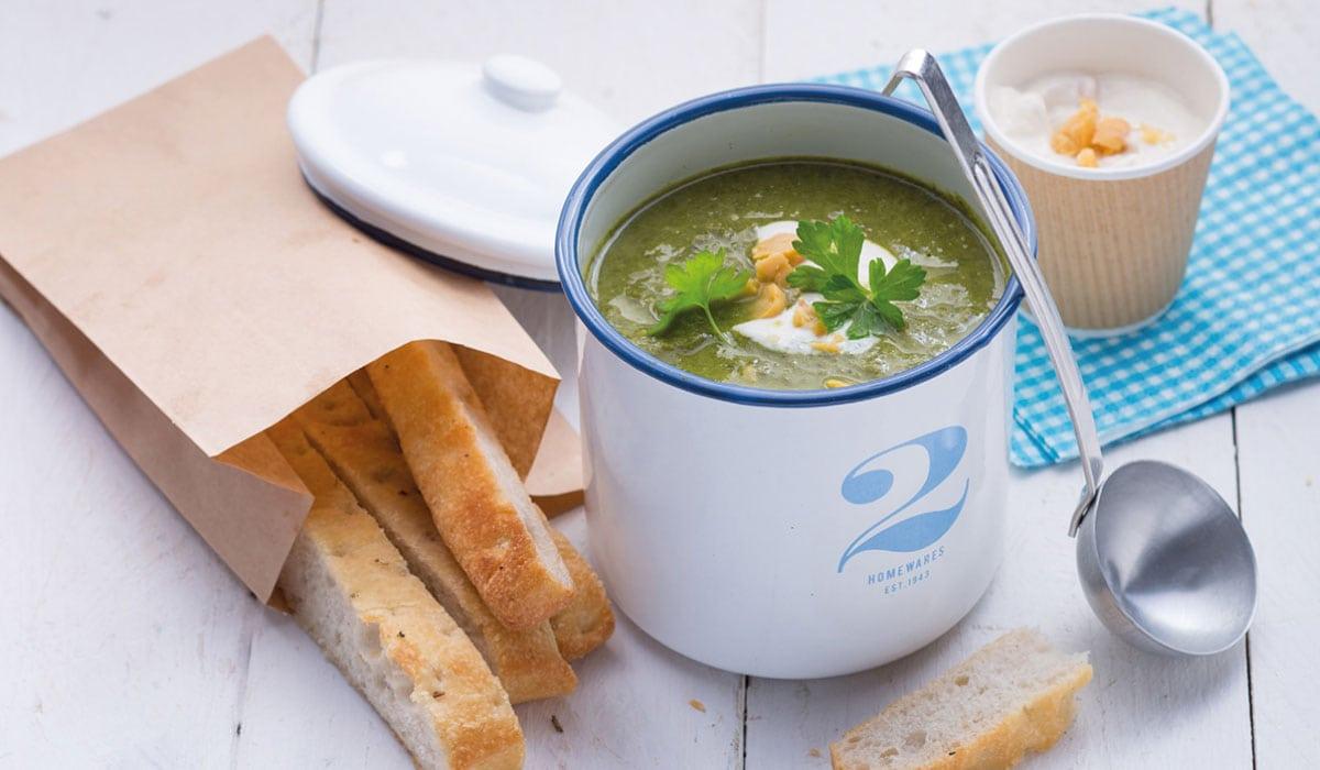 Brokkoli-Grünkohl-Suppe mit Tahin-Kichererbsen