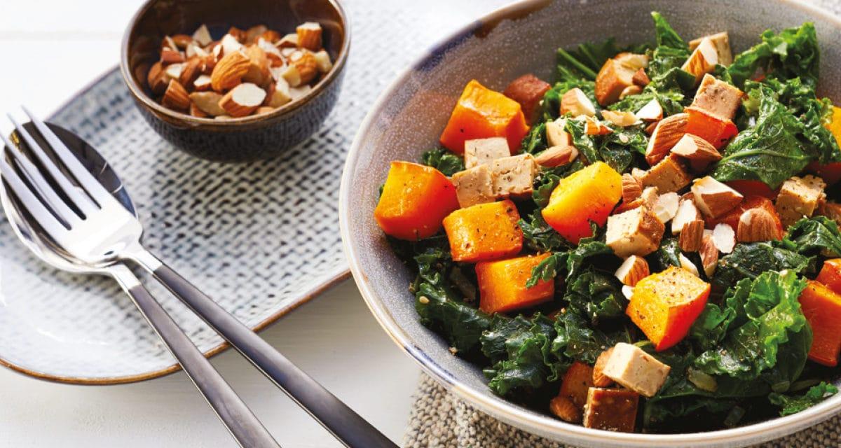Grünkohlpfanne mit Tofu, Kürbis und Mandeln