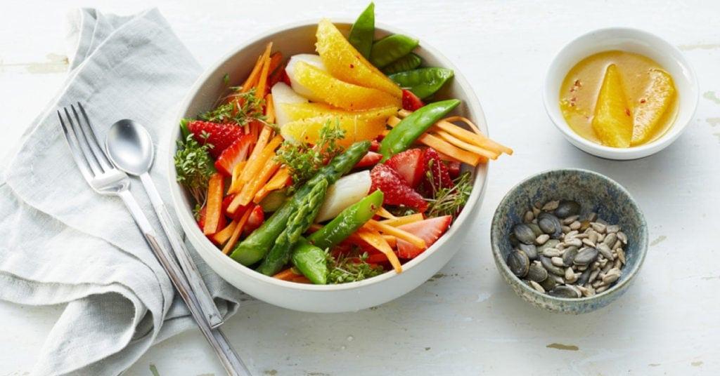 Spring-Bowl mit Spargel und Erdbeeren