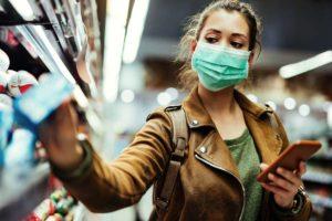 Ein junge Frau beim Einkaufen im Supermarkt.