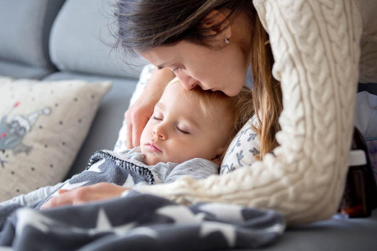 Eine Mutter kümmert sich um ihr Kind mit Keuchhusten