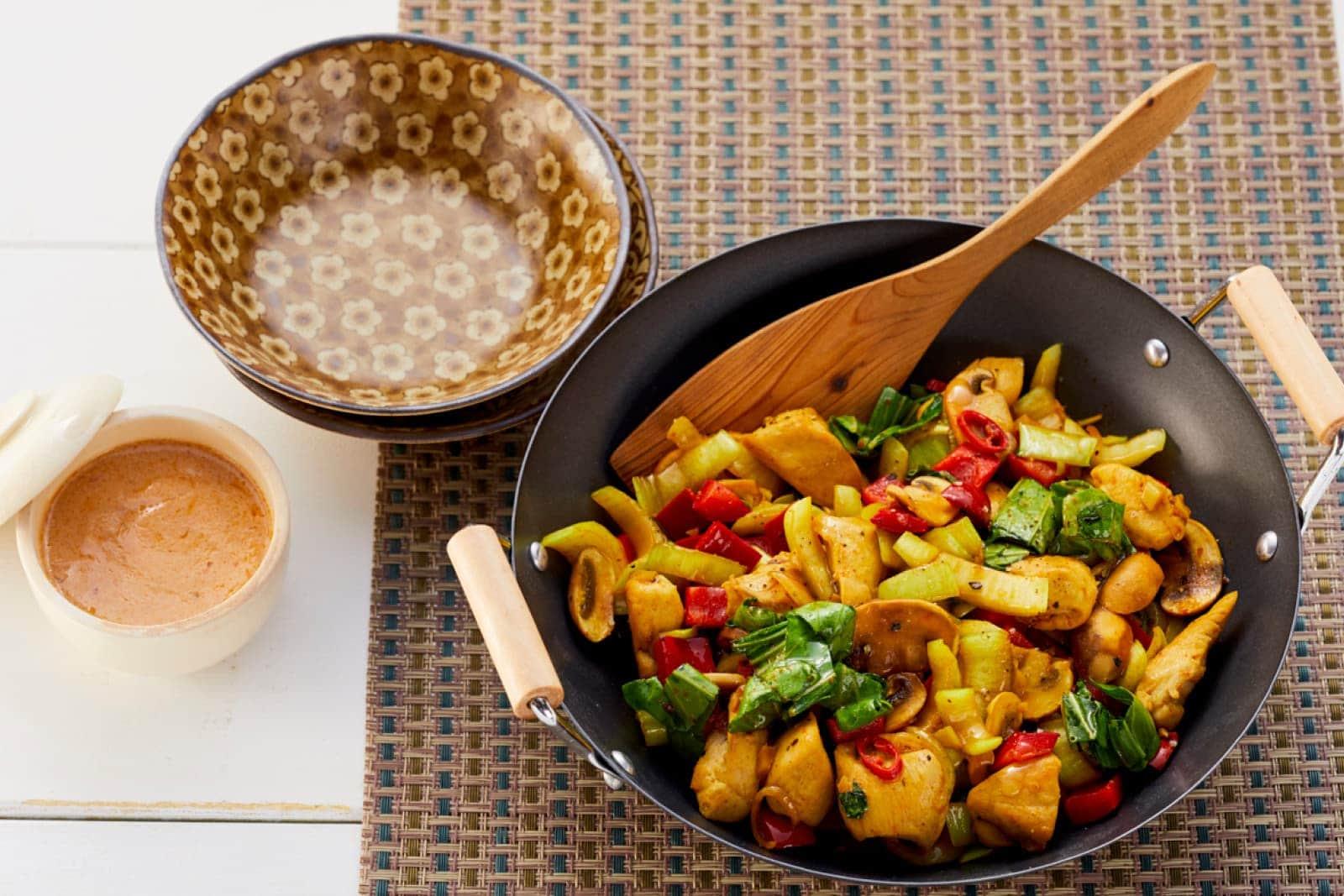 Wok-Pfanne mit Hähnchen und Erdnusssauce