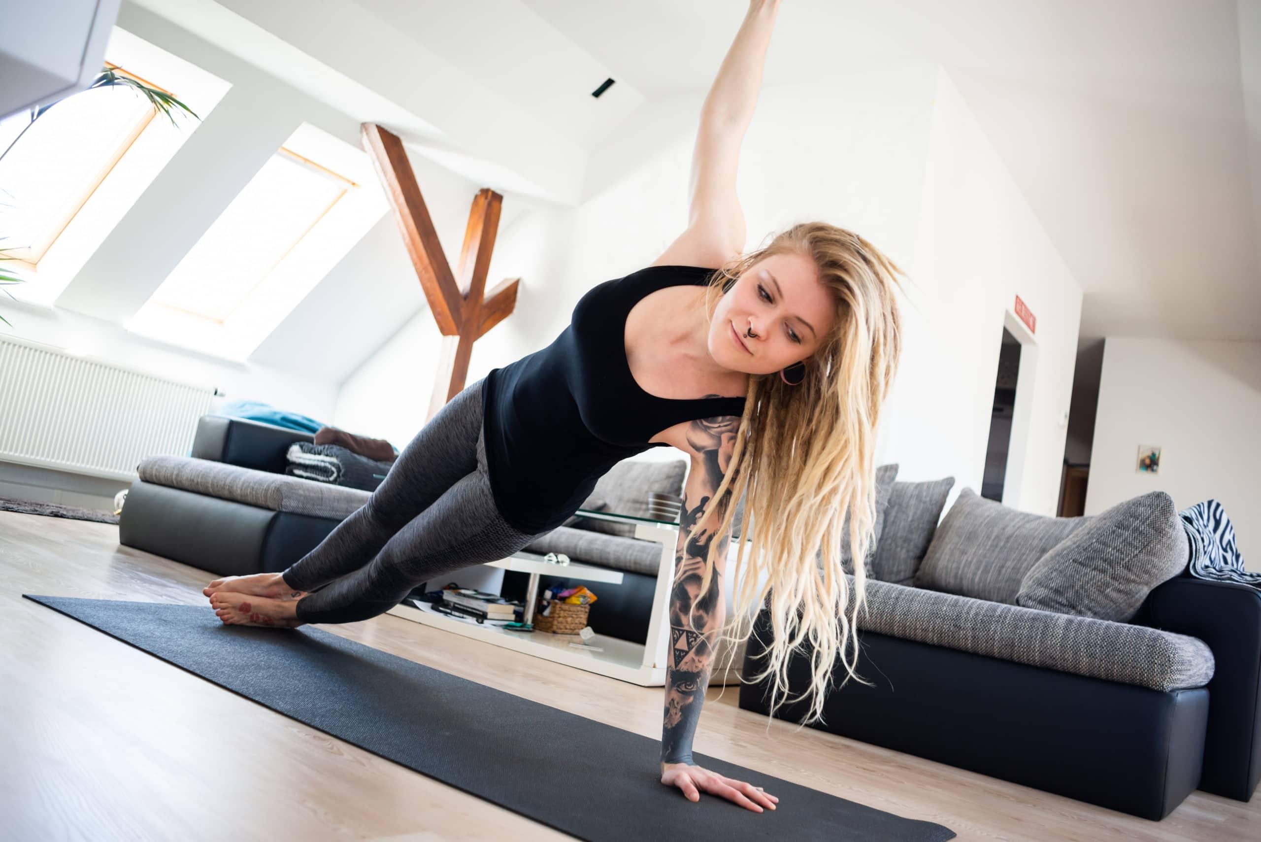 Junge Frau macht Yoga zuhause