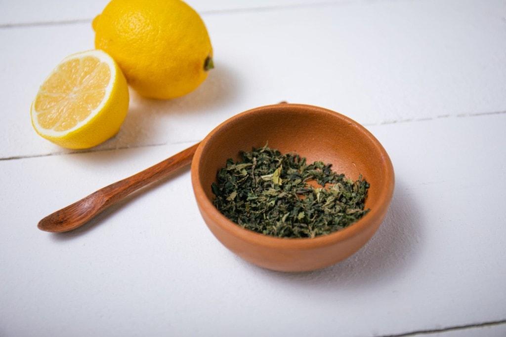 Zitrone und getrocknete Brennessel