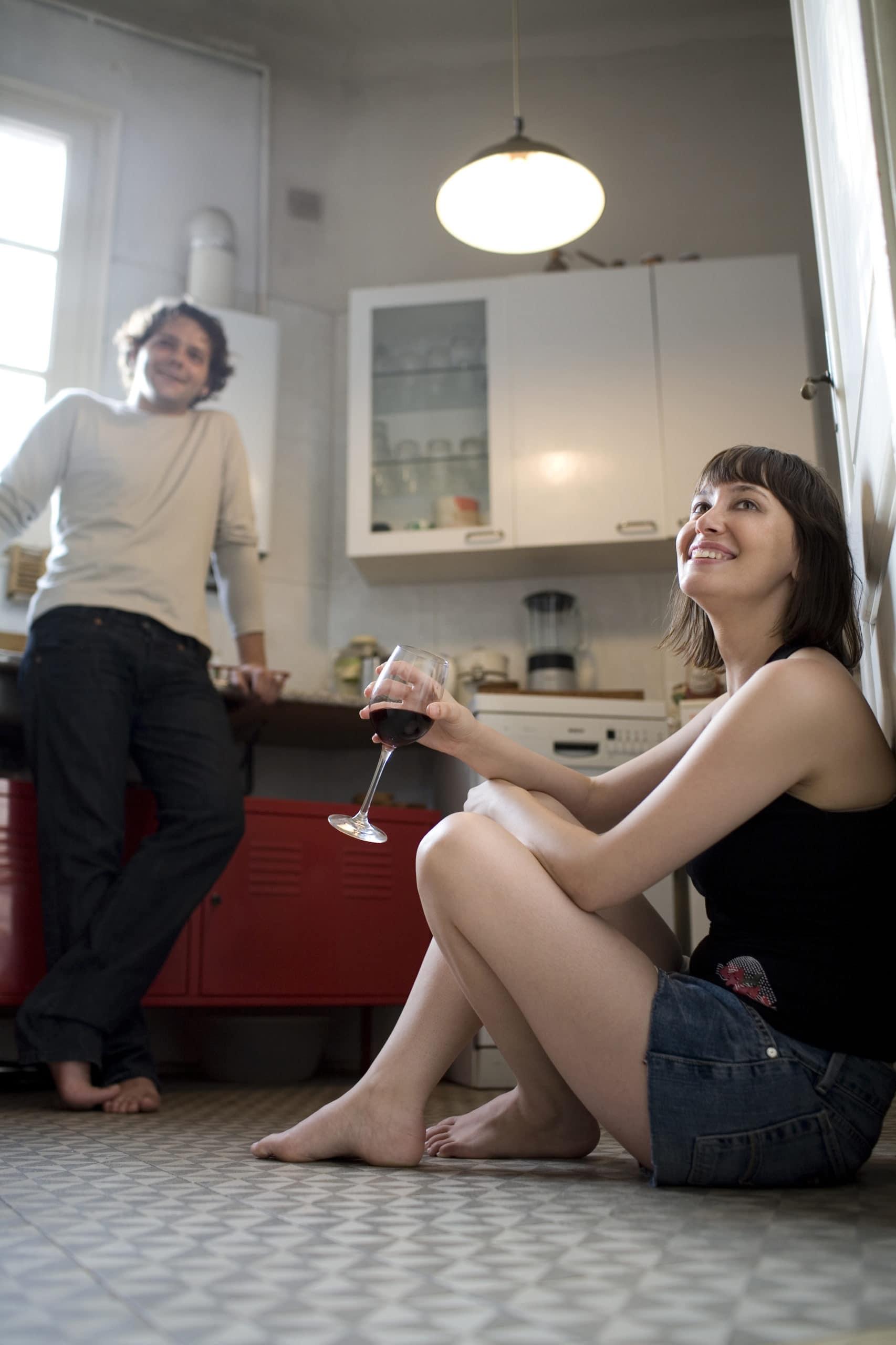 Ein Paar sitzt in der Küche und trinkt Wein