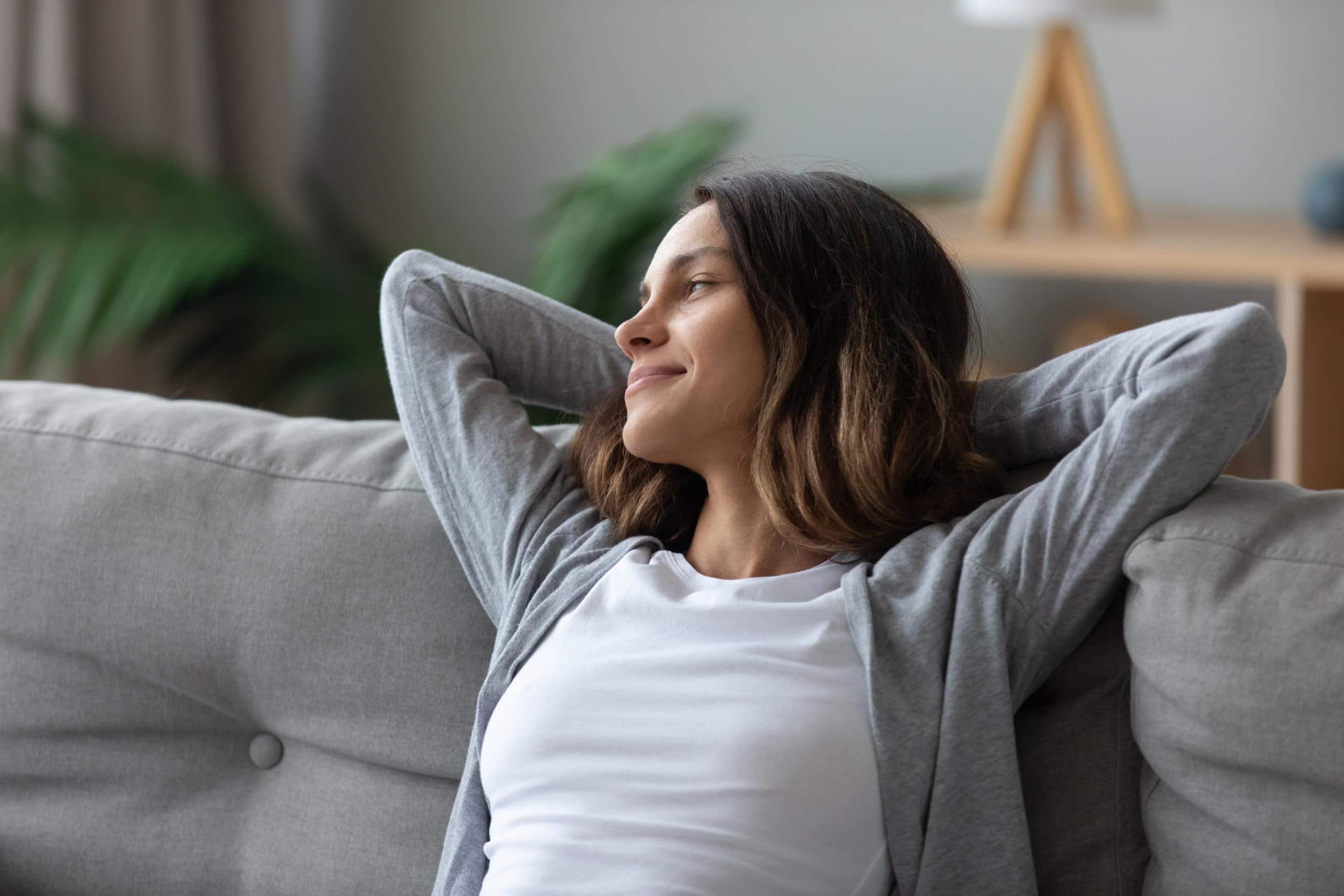 Eine Frau entspannt im Alltag, da sie Übungen zur Resilienz regelmäßig durchführt.