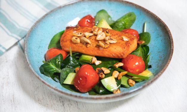 Spinatsalat mit Avocado und Lachs