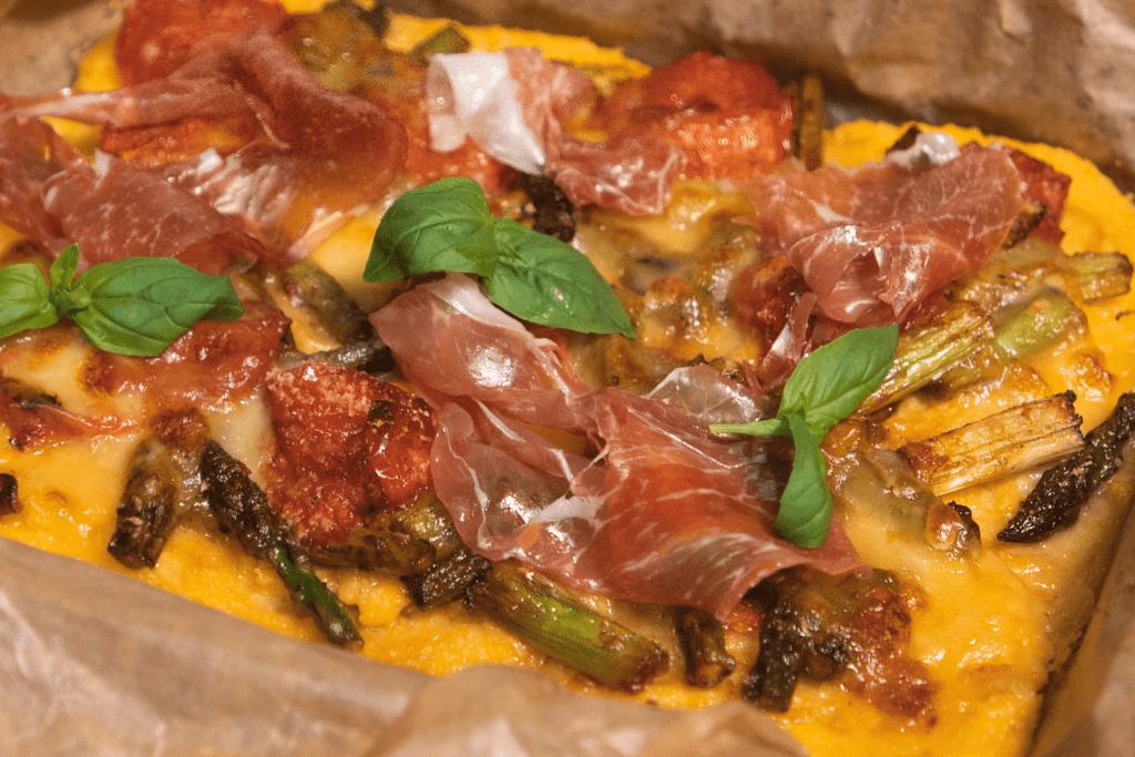 Polenta-Pizza mit Spargel und Parmaschinken