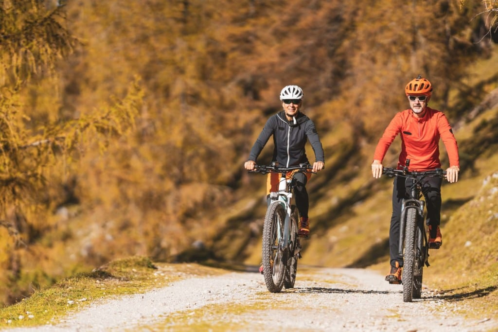 Paar fährt E-Mountainbike