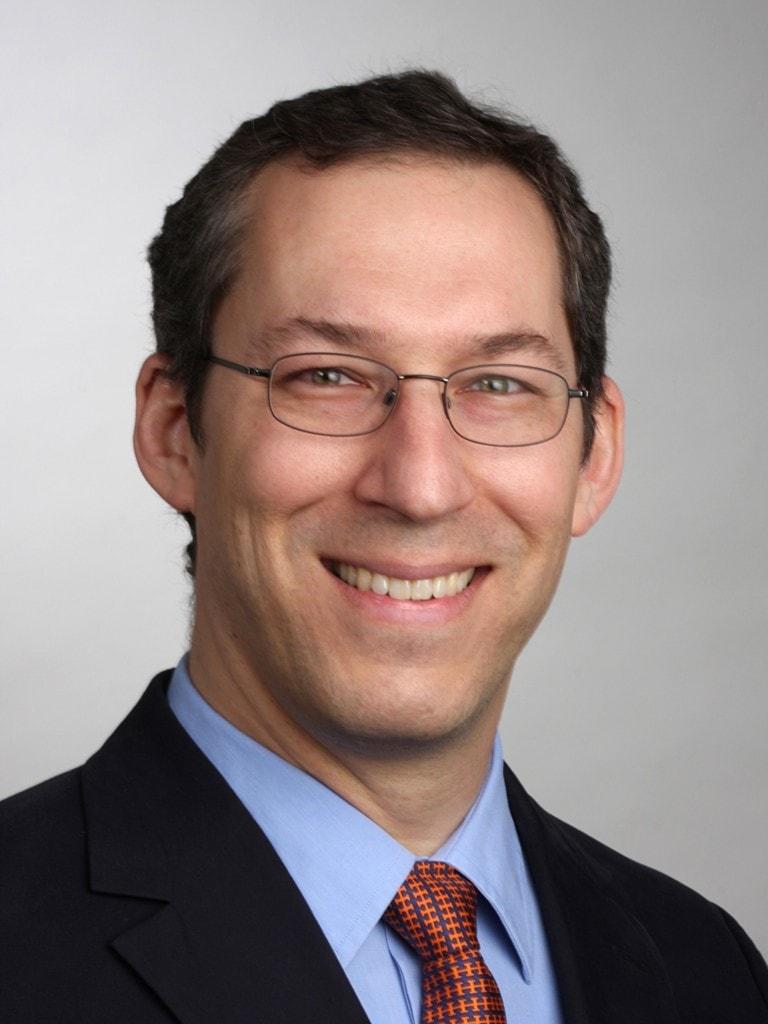 Portrait von Prof. Dr. Rolf-Markus Szeimies, Experte der KNAPPSCHAFT und Chefarzt der Klinik für Dermatologie und Allergologie am Klinikum Vest in Recklinghausen