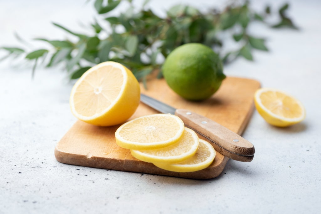 Zitrone und Limitte auf einem Schneidebrett