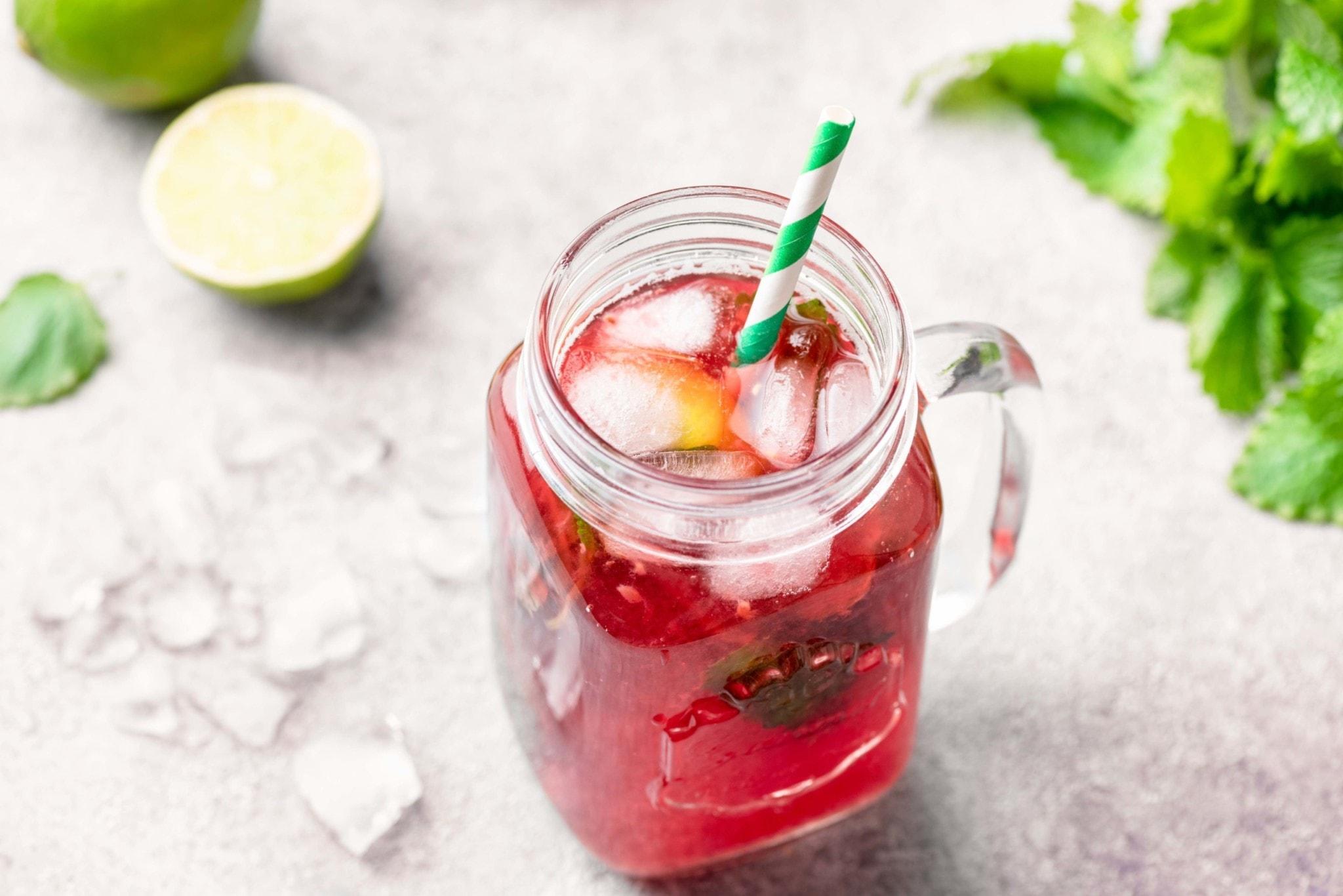 Rote Limonade im Glas