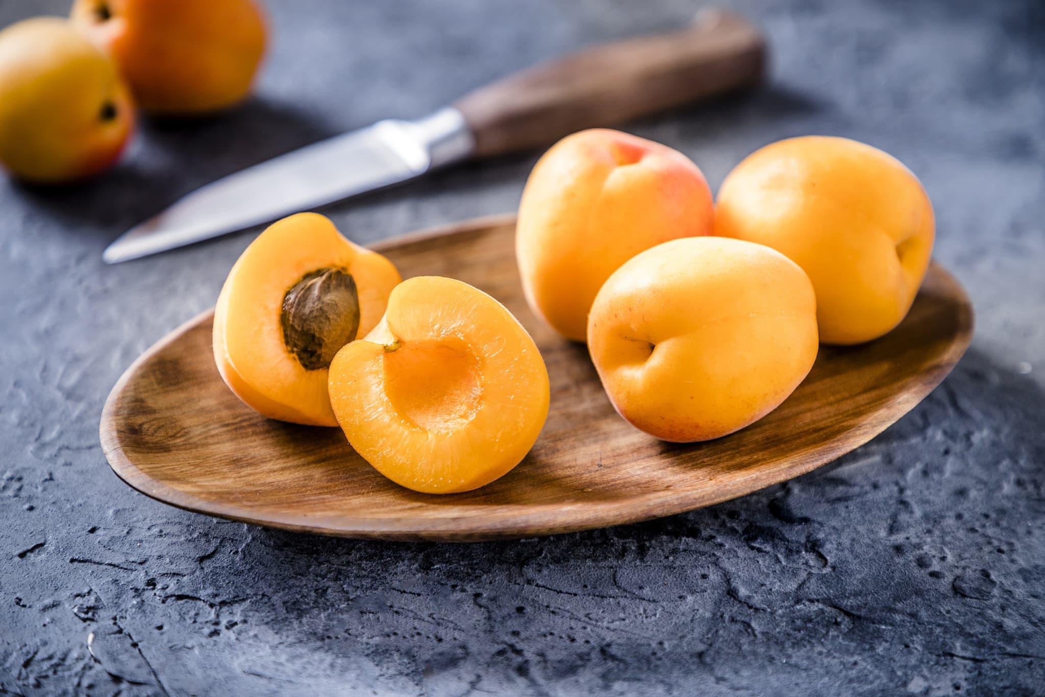 Aprikosen auf einem Schneidebrett