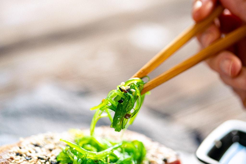 Algensalat wird mit Stäbchen gegessen