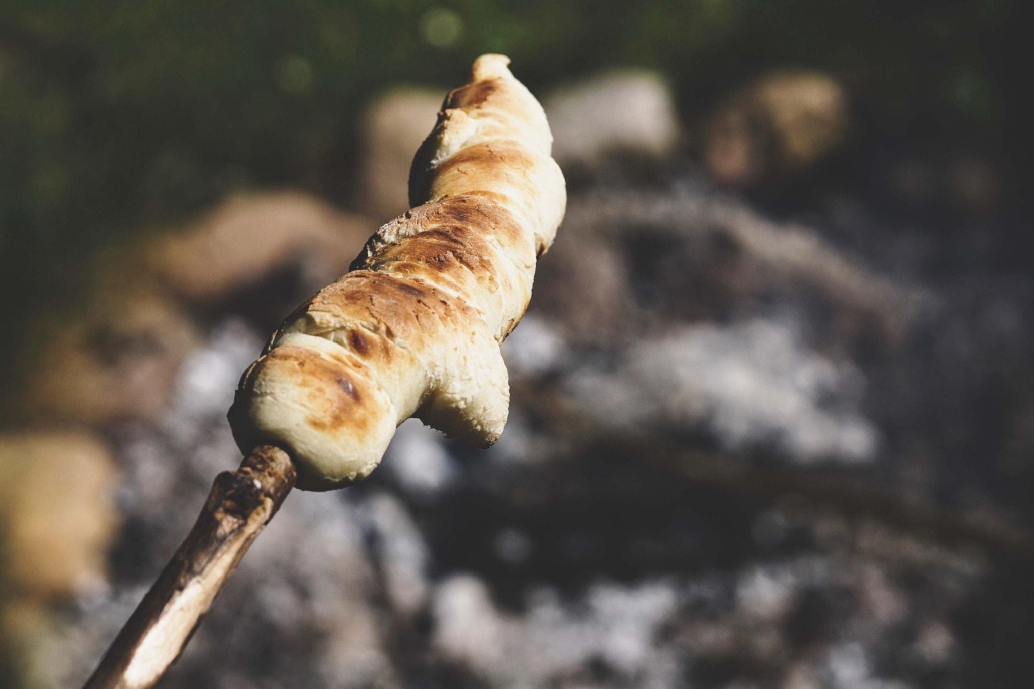 Brot am Stock über Feuer.