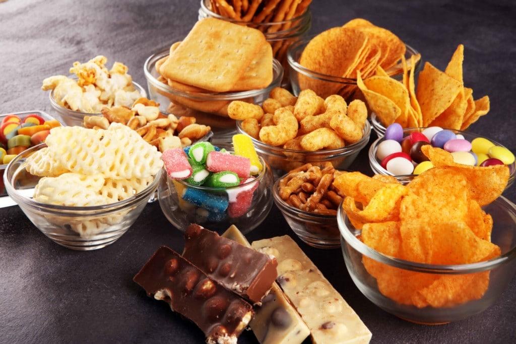 Mehrere Schalen mit süßen und salzigen Snacks