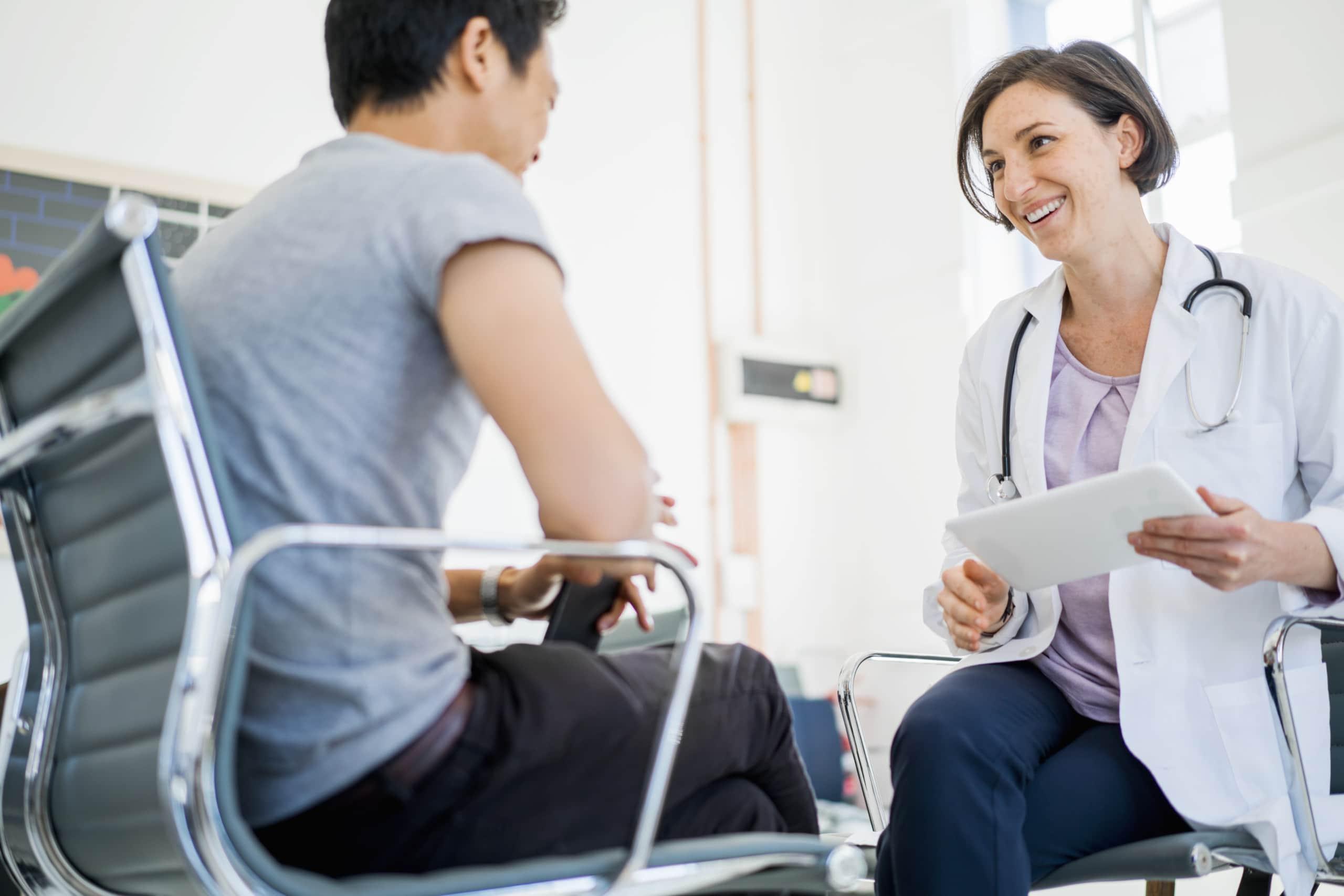 Eine Ärztin spricht mit einem Patienten über seine Blutwerte